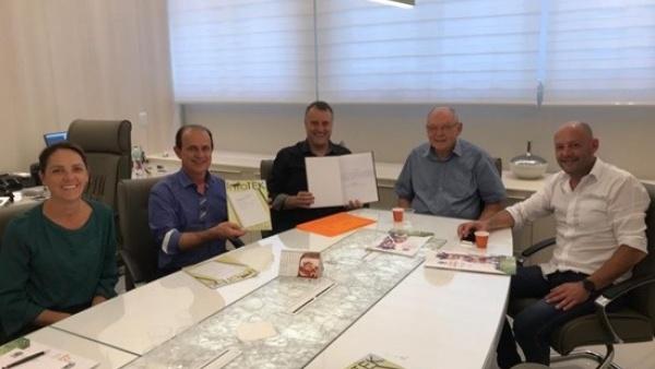 Autoridades locais e diretores da Galvanotek reunidos